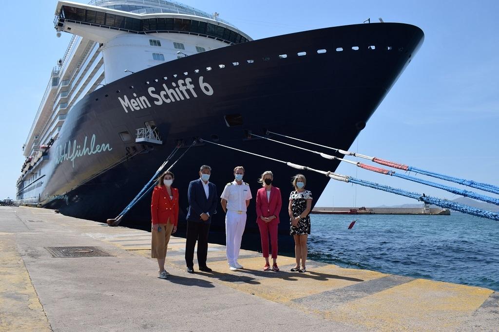 """Υποδοχή του κρουαζιερόπλοιου """"Mein Schiff 6"""" στο λιμάνι του Πειραιά."""