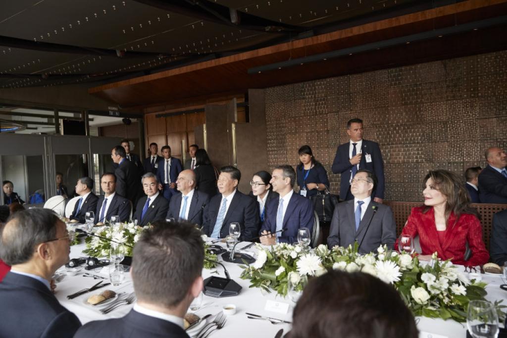 Αυτές είναι οι 12 προσωπικότητες που παρευρίσκονται στο γεύμα προς τιμήν του Κινέζου Προέδρου